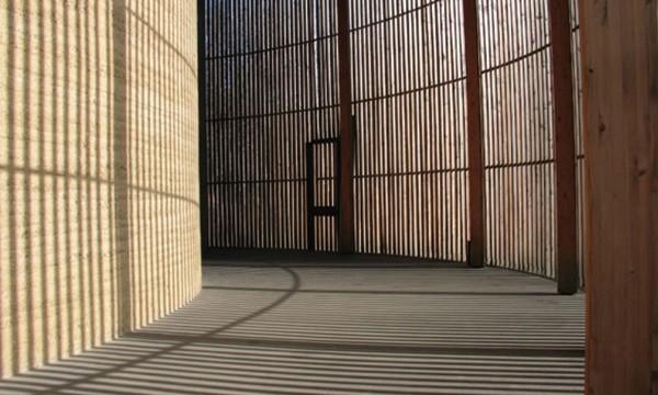 die vers hnungskapelle im todesstreifen so modern kann lehm sein afa architekturmagazin. Black Bedroom Furniture Sets. Home Design Ideas